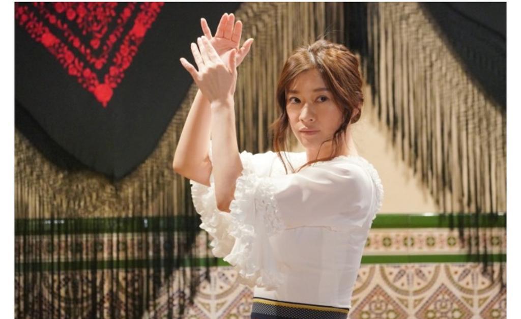 年齢を感じさせない!女優・篠原涼子の使っているかわいいコスメは?